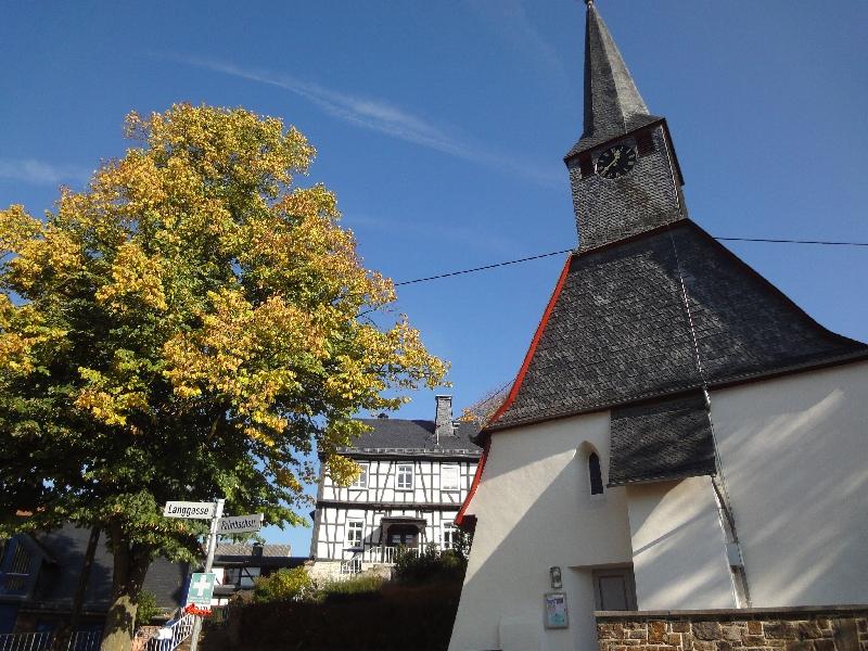 Alte Schule und Kirche in Kettenschwalbach