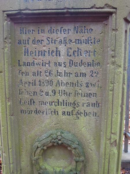 Sieh Wanderer diesen Stein, ersoll Dir ein zeichen sein, was ein Meuchelmörder hat getan, einem braven edlen deutschen Mann (Steininschrift vis a vis)