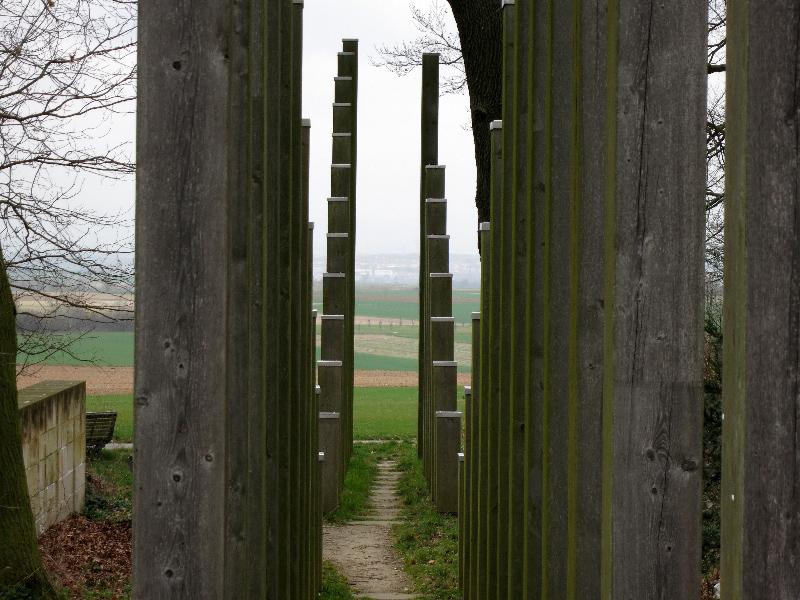 Große Loh - Stelenreihen lenken den Blick zum Taunus und zum Main