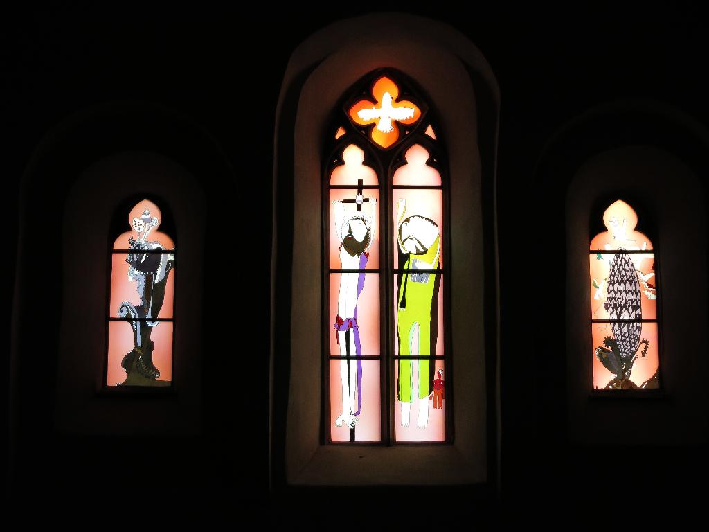 Kunstvoll gestaltete Fenster in der Kapelle