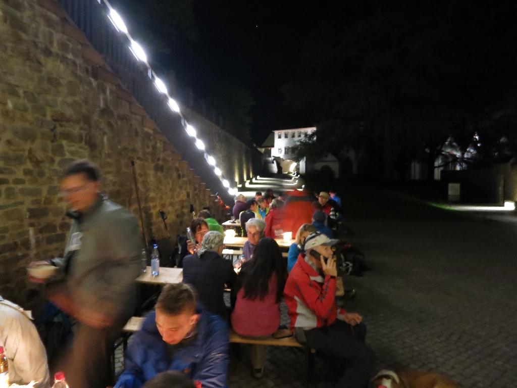 Speisen im Innenhof des Kloster Eberbachs
